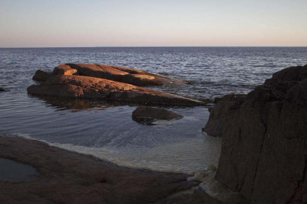 Kuvassa vesistöä ja rantakallioita.