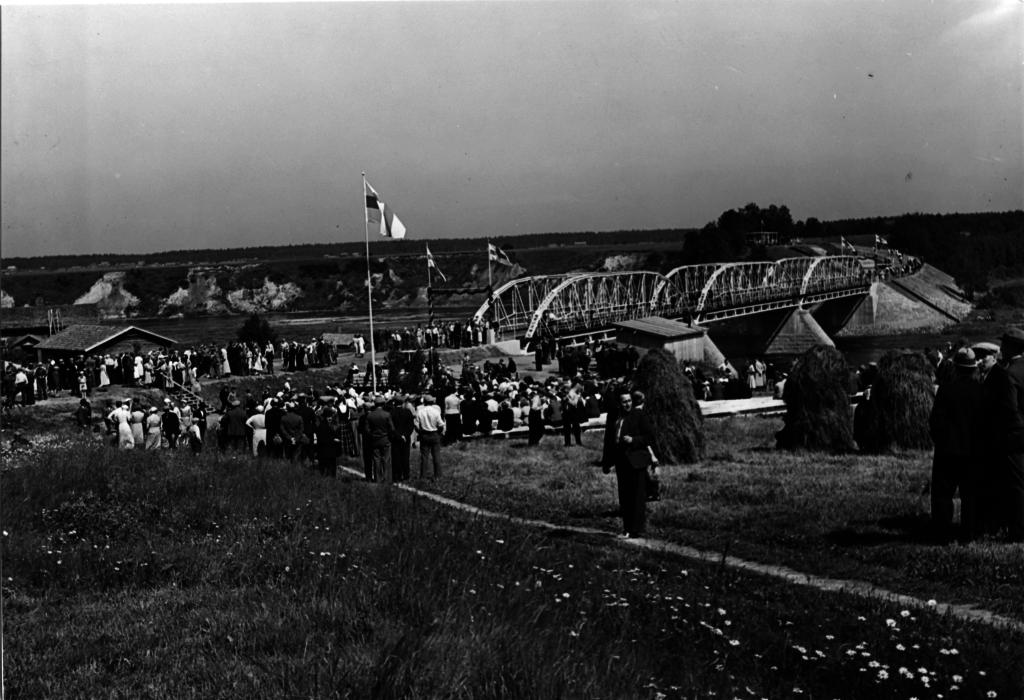 Kuvassa Arantilan silta ja sen vihkiäiset