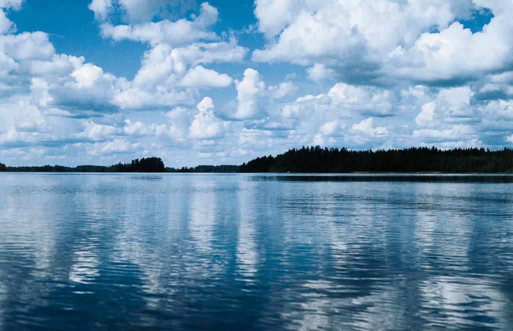 Kuvassa kaunis ja tyyni järvimaisema.