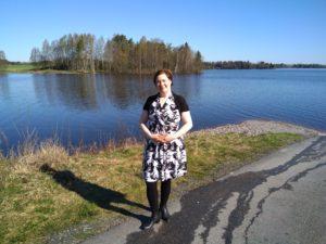 Kuvassa on projektiasiantuntija Virve Rinnola järven edustalla.