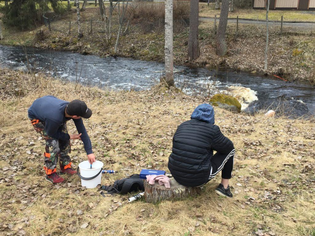 Oppilaita valmistelemassa vesimittauksia.