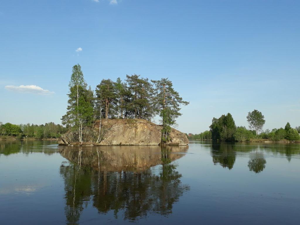 Kalliosaari Kokemäenjokilaakson kulttuurimaisemassa.