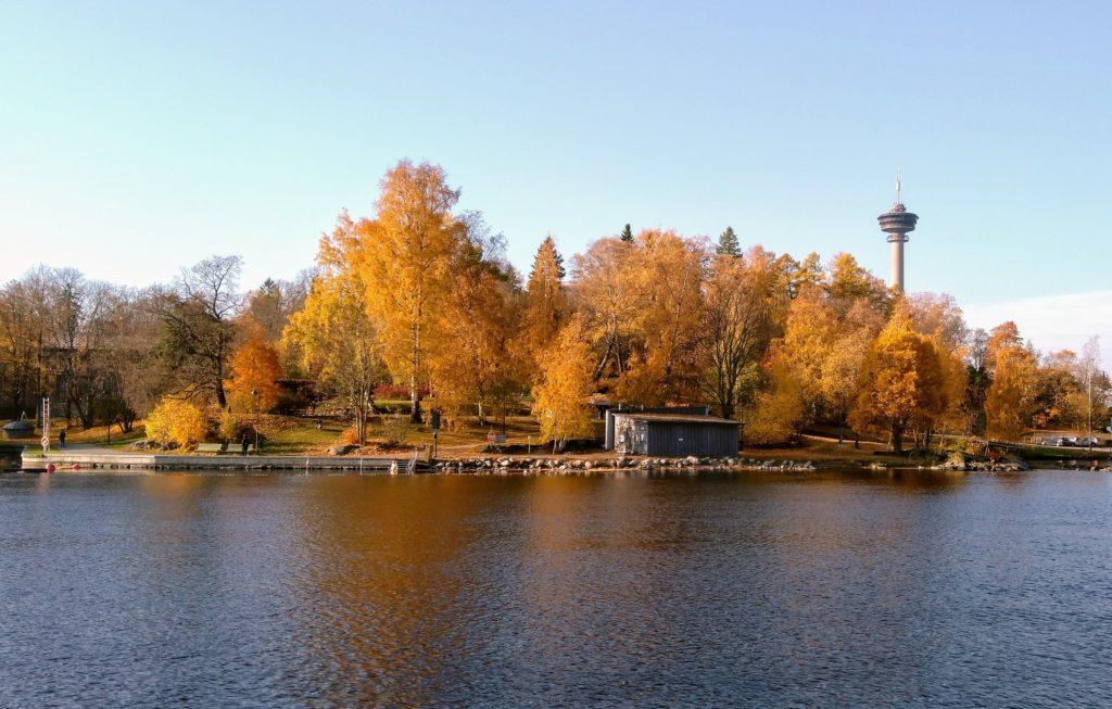 Syksyinen maisemakuva Tammerkosken rannalta. Näkyy mm. Näsineula.