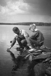 Isoisä mittaamassa järven lämpötilaa