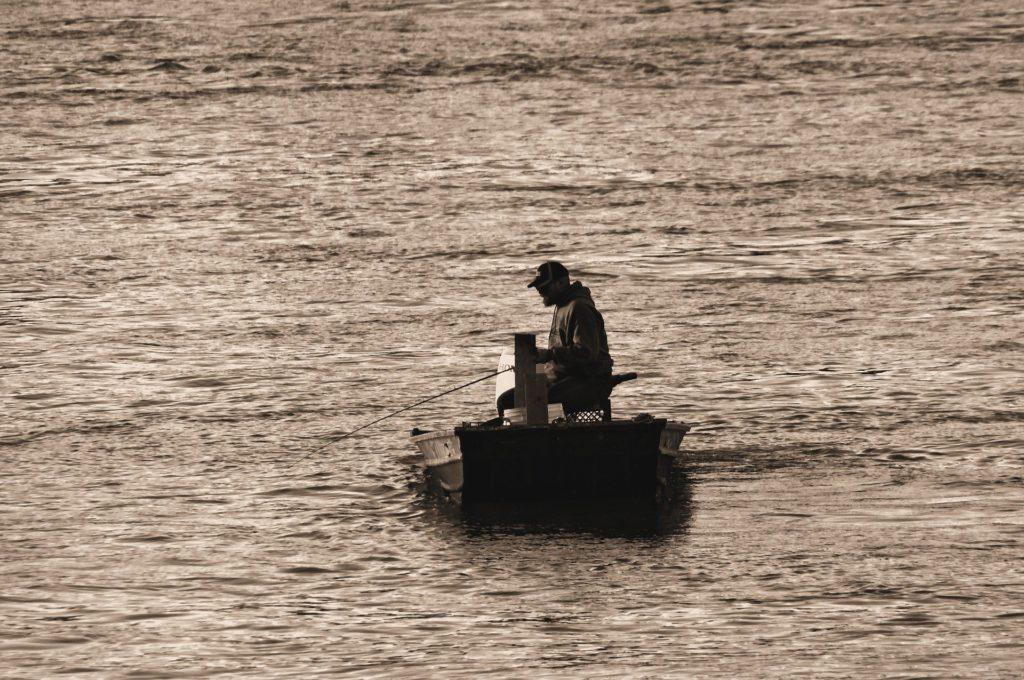 yksinäinen kalastaja.