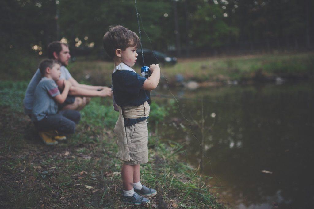 lapsi kalastaa.