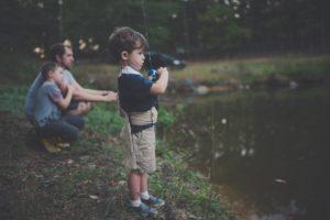 Kuvituskuva. Perhe kalastamassa.
