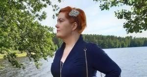 Virve Rinnola katsoo tulevaisuuteen järvimaisemassa.a.