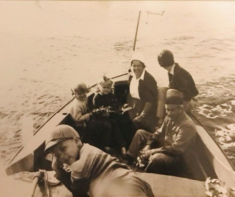 Lapsia soutuveneessä