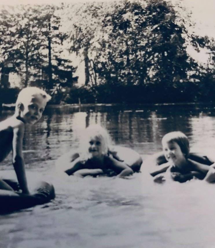 Lapset leikkivät vuosikymmeniä sitten vedessä.