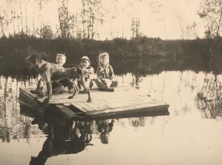Kuvassa pieniä lapsia vuosikymmeniä sitten.
